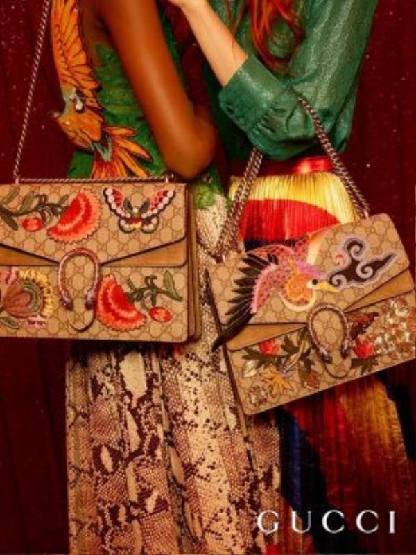 Những mẫu túi mang họa tiết Á Đông đang được săn lùng và được bán mắc như tôm tươi.