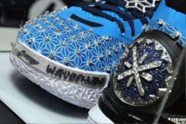 Cận cảnh từng chi tiết đính kim cương trên đôi giày.