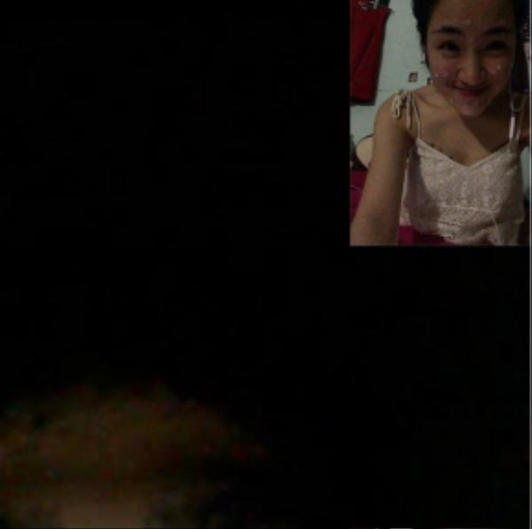 Thậm chí cả những lúc ở nhà nói chuyện với bạn qua mạng, Hòa Minzy cũng phải bôi thuốc gần như kín cả khuôn mặt để làm giảm thiểu mụn.