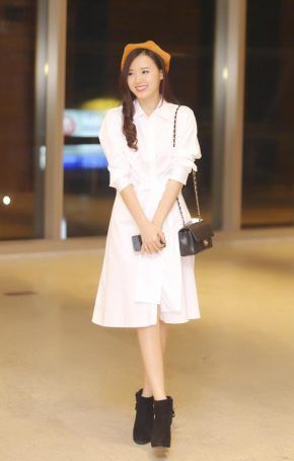 Midu luôn dành sự ưa chuộng đặc biệt với những bộ đồ màu trắng tinh khôi. Chiếc áo cổ sơmi dáng dài cách điệu càng khiến Midu trông như một thiên thần.