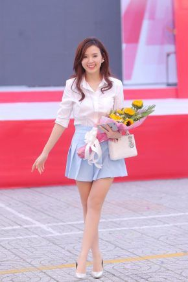 Với một chiếc áo sơmi khác, Midu phối cùng chân váy xếp li màu xanh mát mắt và giày cao gót cùng tông áo.