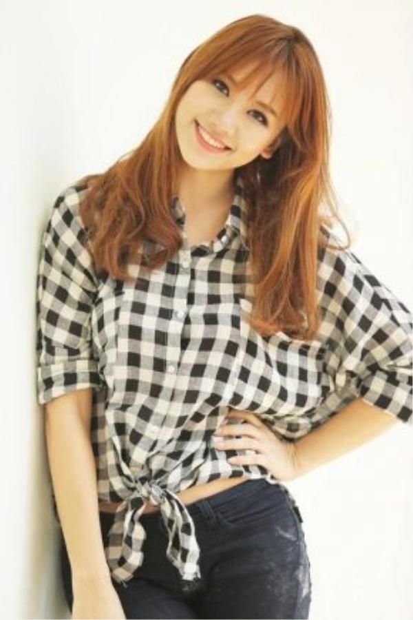 Hari Won sinh năm 1985, thế nhưng trông cô nàng cứ như một cô gái đôi mươi nhờ cách trang điểm, ăn vận trẻ trung cùng kiểu tóc mái thưa xoăn nhẹ này.