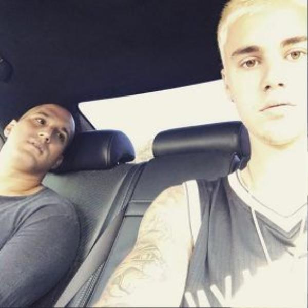 Justin Bieber sau một thời gian đã chán mái tóc dài và cắt phăng để lại kiểu đầu đinh ngắn vô cùng mát mẻ.