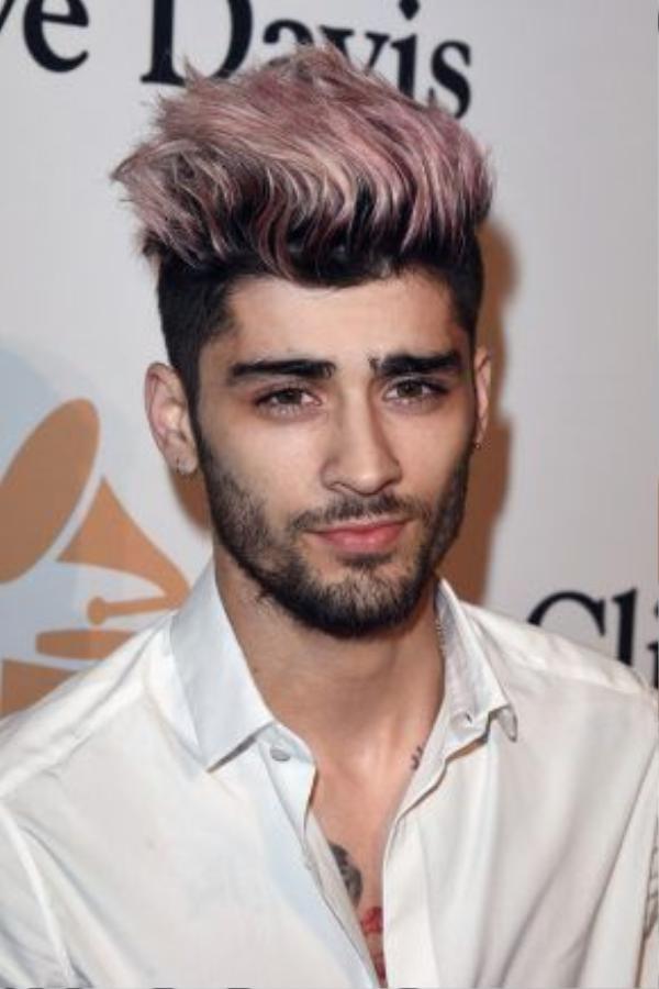 Chàng trai của mọi cô gái Zayn Malik lại chơi trội với màu tóc hồng đậm chất mùa hè. Chẳng phải under-cut, toàn bộ phần tóc phía trên của Zayn được vuốt keo.