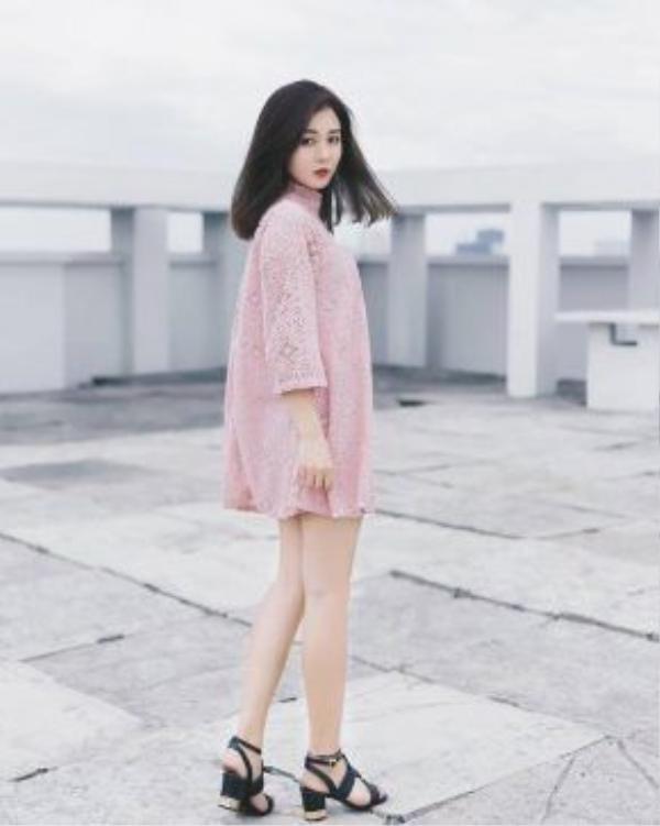 Đầm ren hồng trẻ trung.