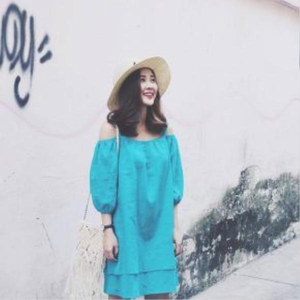 Chiếc váy màu xanh mát mắt với đường cut-out giúp cô bạn khoe được bờ vai thon gọn.