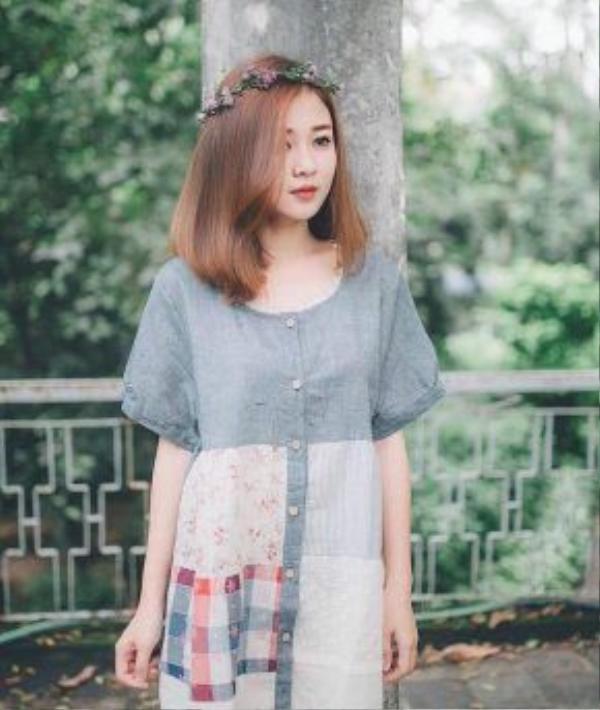 Những chiếc váy mang hơi hướng vintage với họa tiết hoa nhí luôn khiến các bạn nữ trở nên xinh tươi nhẹ nhàng.