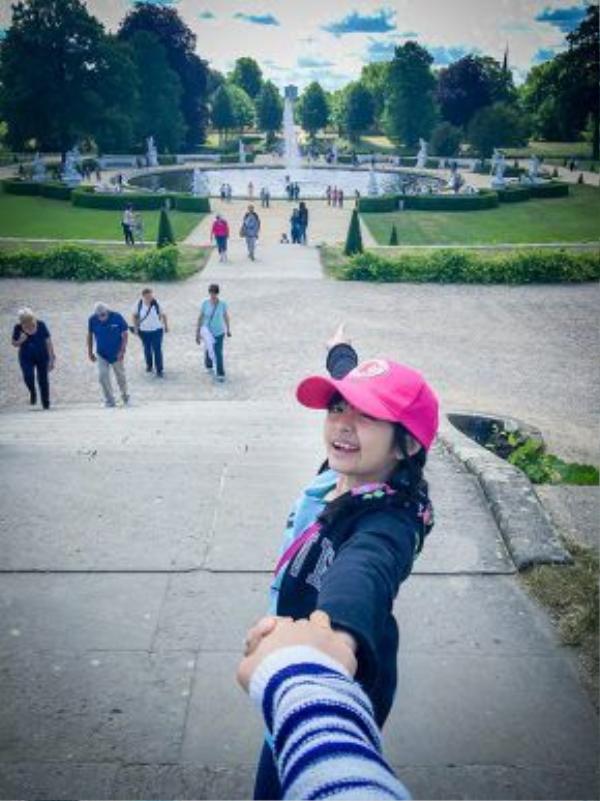 Hay ở vườn hoa trong cung điện Sanssouci. Đi đến đâu, bé Bông cũng đều rất hào hứng.
