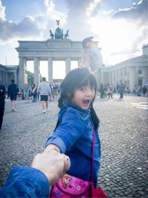 Nhí nhảnh tạo dáng ở cổng Brandenburg - Berlin.