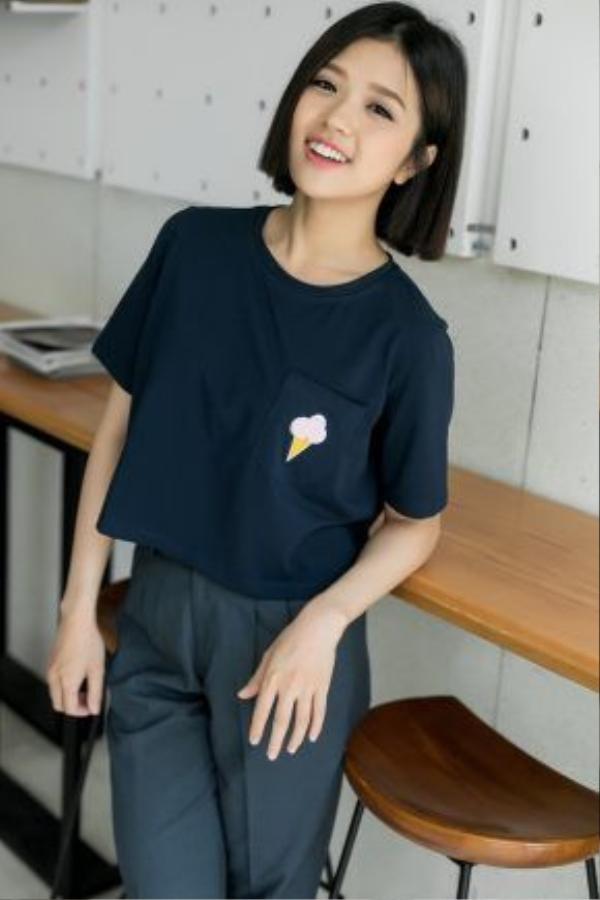 Một chiếc áo thun màu xanh navy với hoạ tiết kem cây cũng khiến mùa hè thêm ngọt ngào.