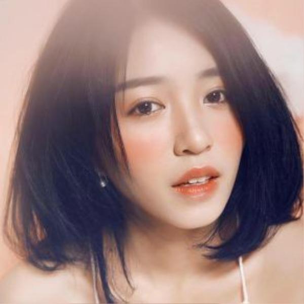 Mẫn Tiên chăm trang điểm hơn và luôn nhanh chóng bắt kịp các xu hướng make up đang thịnh hành. Trong hình, cô nàng lạnh lùng với sắc son cam và phấn má đậm.
