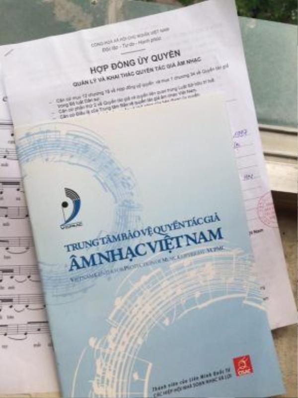 Cùng với đó là bằng chứng xác nhận bản quyền của Trung tâm bảo vệ quyền tác giả âm nhạc Việt Nam.