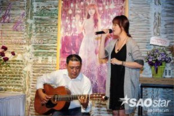 Khoảnh khắc Hari Won đang hát ca khúc Anh cứ đi đi…