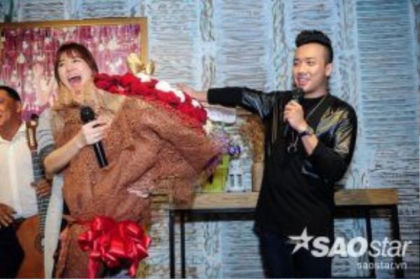 Trấn Thànhcòn tặng Hari bó hoa rất to khiến cô nàng không giấu được niềm vui sướng.
