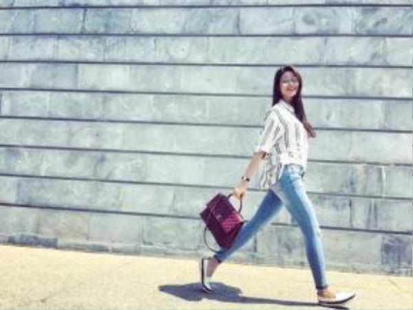 Đôi giày theo cô trong các chuyến từ thiện bỗng đẹp lạ với street style cuối tuần.