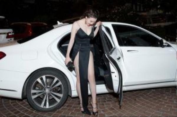 Cô gây chú ý với bộ đầm đen xẻ cao táo bạo.