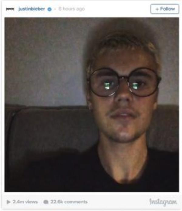 """Justin Bieber đăng tải một đoạn video ngắn trên Instagram, quay cận mặt với câu nói: """"Less hate, more love"""" (Hận thù ít đi, yêu thương nhiều hơn). Phải chăng cũng đang nói đến trận chiến này nhưng anh chàng lại không về đội của bên nào mà chỉ muốn nó kết thúc trong hòa bình?"""