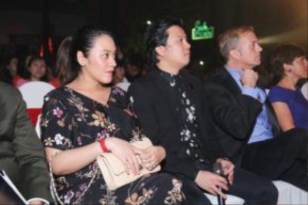 Thanh Bùi xuất hiện bên vợ.