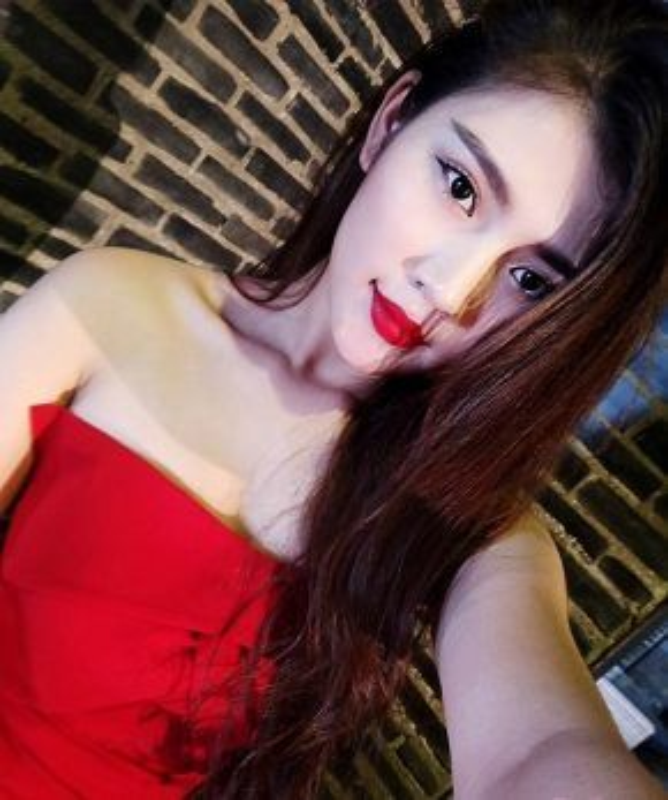 Trong phần thi selfie, Chúng Huyền Thanh tiếp tục xuất hiện với màu son đỏ đậm. Với việc kết hợp màu son này càng làm tôn thêm nước da trắng của cô. Sự sắc sảo và cuốn hút là những gì ta nhìn thấy được từ Huyền Thanh qua shoot hình này.