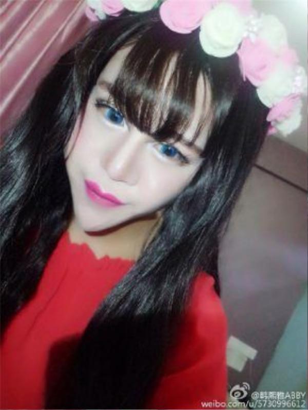 Cô tự nhận mình là búp bê barbie của Trung Quốc và là hot girl xinh đẹp nhất hiện nay
