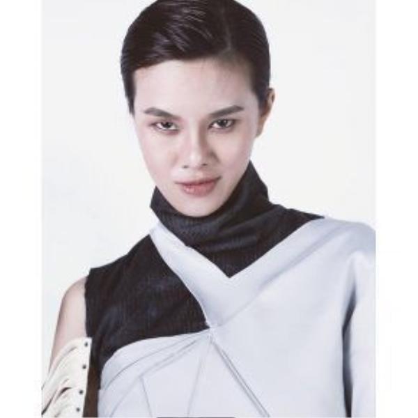 """Người mẫu Hà Kino vốn đã """"đóng đinh"""" với style lạnh lùng nên màu son này cũng trở thành sở thích mới của cô nàng."""