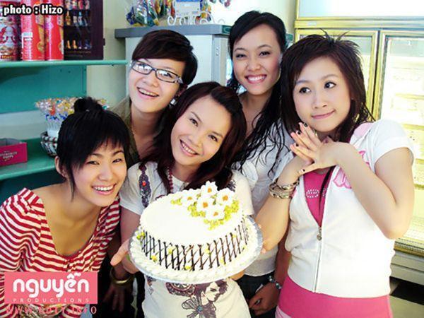 Nhóm gồm 5 thành viên Lương Bích Hữu, Yến Trang, Yến Nhi, Minh Trang, Bích Trâm.