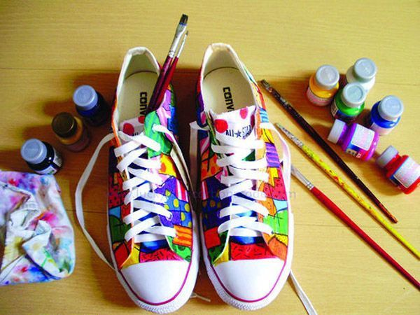 Đôi giày đậm chất 7 sắc cầu vòng như tình yêu đôi lứa được đơm hoa kết trái sau bao tháng ngày vui buồn, sóng gió.