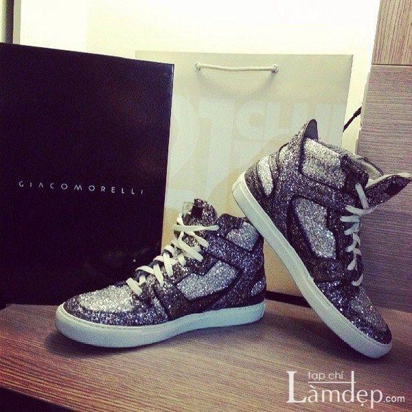 Những đôi sneaker đế độn là lựa chọn cho cô nàng nấm lùn khi trót yêu món đồ này mà vẫn ăn gian chiều cao.