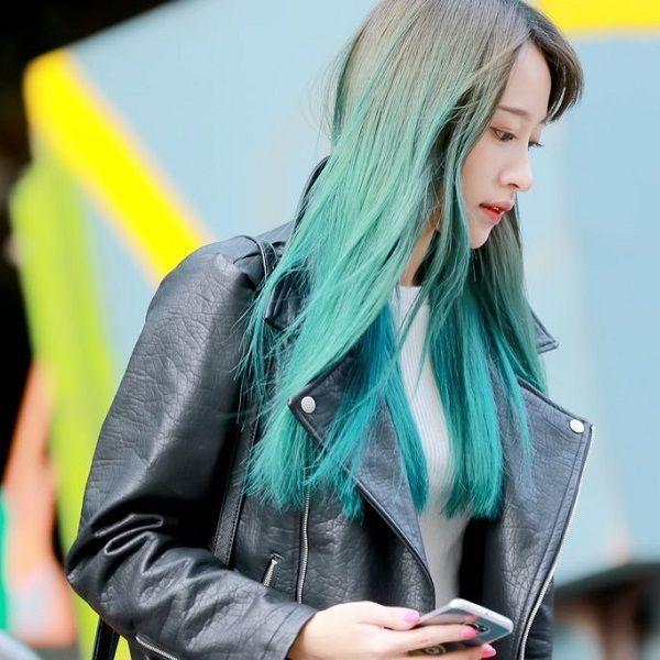 Nếu không thích màu xanh lam trầm lặng thì các nàng cũng có thể nhuộm ombre màu xa lá cây như cô nàng xinh đẹp Hani (Exid).