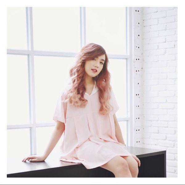 Hot girl Mie Nguyễn là tín đồ si mê những màu tóc sáng. Bộ tóc hồng của cô nàng được làm xoăn sóng bồng bềnh trông vô cùng hút hồn. Ai bảo màu hồng chỉ dành riêng cho các bánh bèo, nó cũng dành cho các cô nàng cá tính.