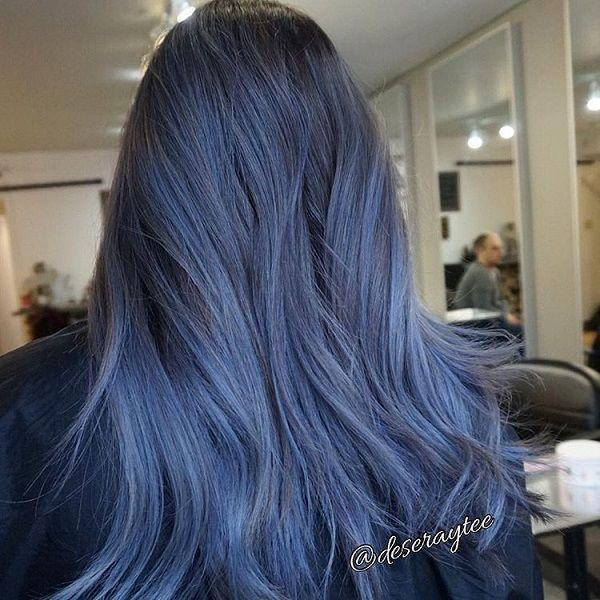 Màu xanh nước biển bí ẩn thích hợp với cô nàng trầm tính, lạnh lùng. Lưu ý một điều : những cô nàng da tối không nên diện màu này,bởi trông bạn sẽ càng tối tăm hơn bởi màu xanh khói vốn đã rất trầm.