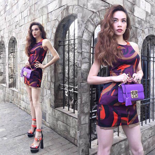 Hồ Ngọc Hà quyến rũ không kém trong chiếc váy ngắn, ôm sát của thương hiệu Versace.