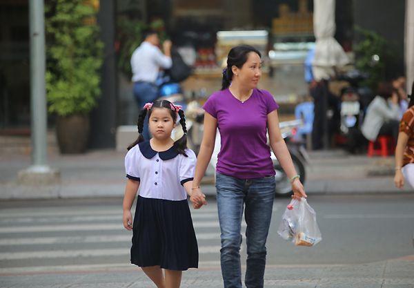 Ngày đầu tiên đi học, mẹ dắt tay đến trường