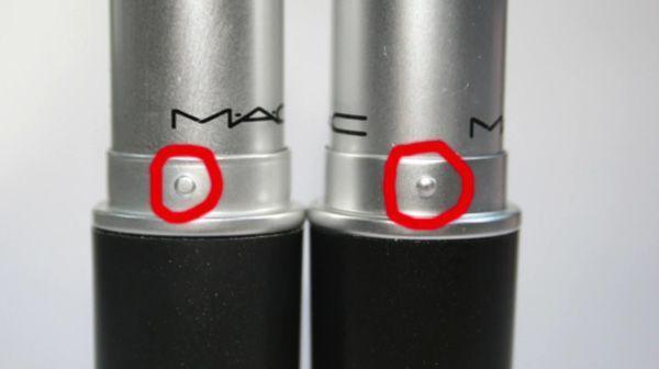 Son MAC xịn (bên phải) có nút chặn son lồi hẳn lên và phần vỏ nhũ bóng mịn sang chảnh hơn hẳn son giả