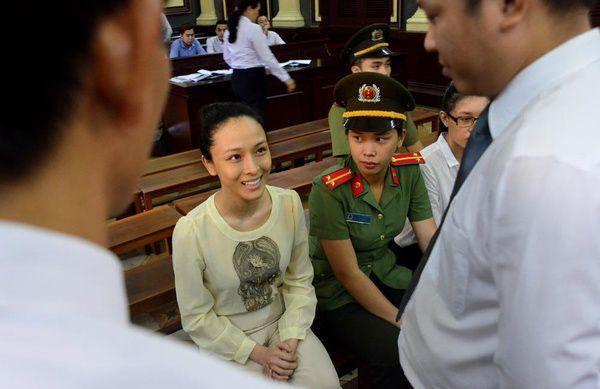 Cô liên tục nở nụ cười tươi rói tại tòa.