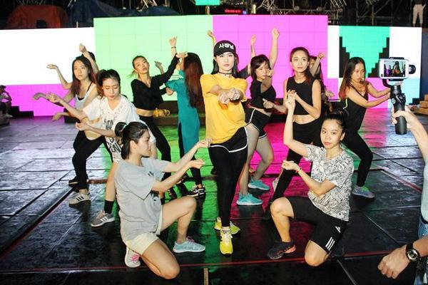 Phần lớn tiết mục trong liveshow đều khoe khả năng vũ đạo tốt của nữ ca sĩ.