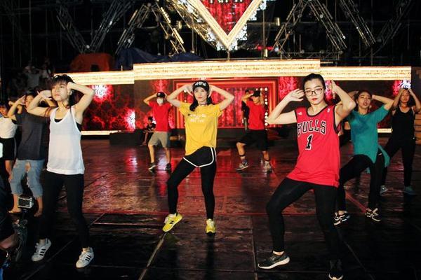 Đông Nhi sẽ hát live cùng ban nhạc xuyên suốt chương trình.