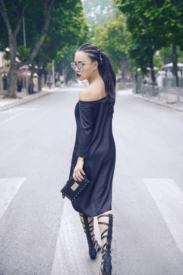 Chiếc váy trễ vai gợi cảm khoe trọn các đường cong cơ thể.