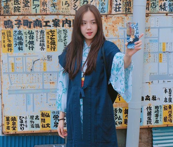 Phương Ly thích thú selfie khi diện kimono.