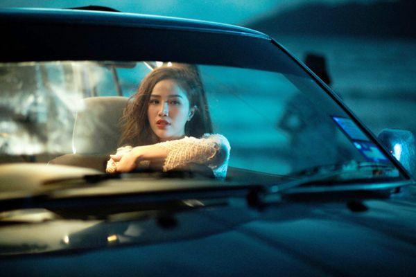 Mặc dù chưa tiết lộ nội dung MV nhưng những hình ảnh tâm trạng từ hạnh phúc cho đến buồn bã của Bảo Thy khiến fan hết sức tò mò.