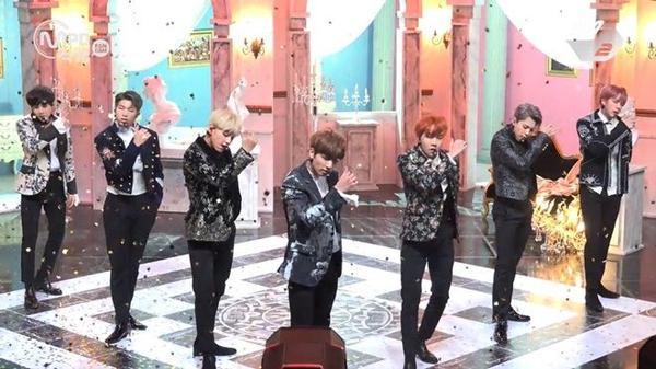 Sân khấu trở lại đầu tiên của BTS được đầu tư hoành tráng và đẹp mắt không khác gì MV.