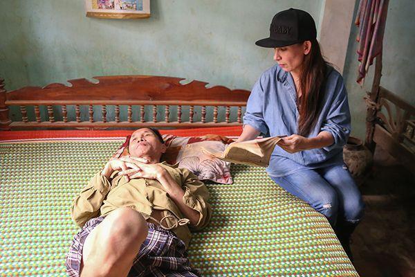 Phi Nhung đến thăm từng hộ gia đình có hoàn cảnh khó khăn.