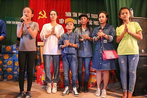 Phi Nhung cùng ba con của mình hát tặng bà con ca khúc Quê em mùa nước lũ để động viên tinh thần mọi người vượt qua khó khăn.