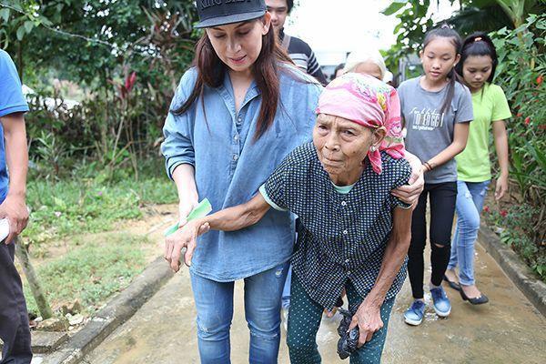 """Bản thân Phi Nhung luôn nhắc nhở các con cũng như mọi người trong đoàn mỗi khi đi từ thiện là """"tặng quà chứ không phát quà, phải gửi trao cả tấm lòng""""."""