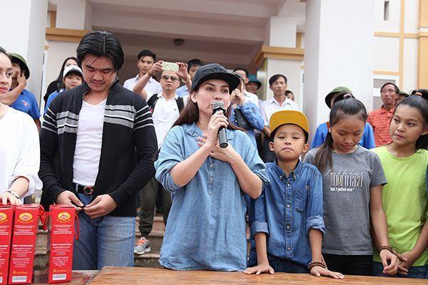 Ba con nuôi của Phi Nhung cũng tham gia chuyến đi từ thiện cùng với mẹ.