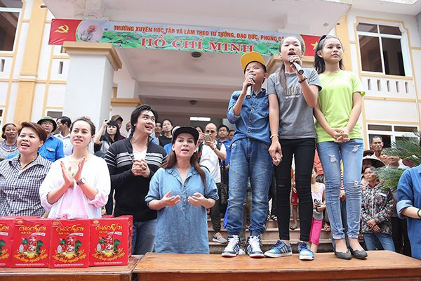 Hồ Văn Cường, Phạm Thiêng Ngân và Phạm Tuyết Nhung còn nhiệt tình hát tặng bà con.