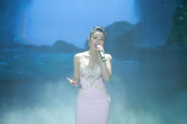Nữ ca sĩ dành tặng khán giả một mini show hoành tráng.