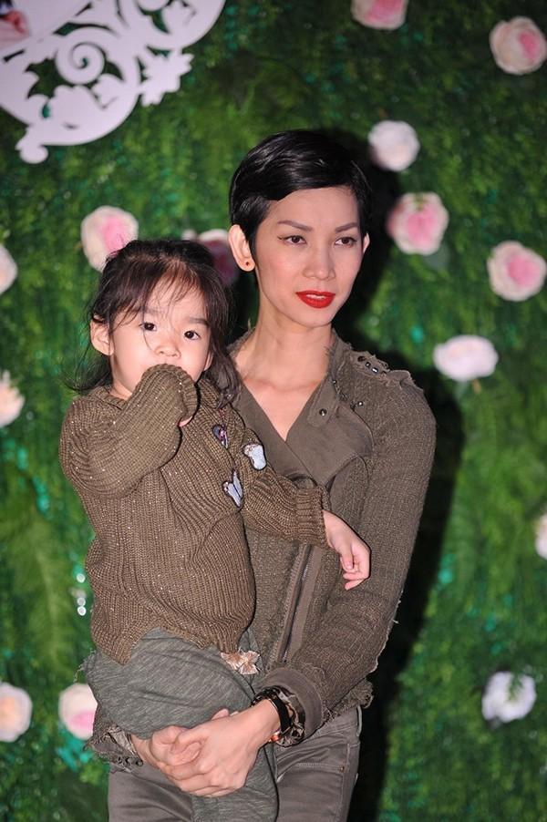 Xuân Lan và con gái tới chúc mừng Thu Hằng.