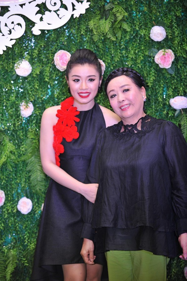 Thu Hằng và nghệ sĩ Thu Hiền - người đã chỉ dạy những câu hát cho cô.