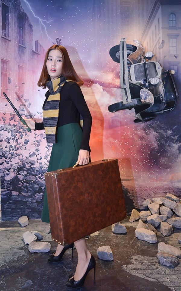 Diễm My 9x thì hào hứng pose dàng bên chiếc vali.